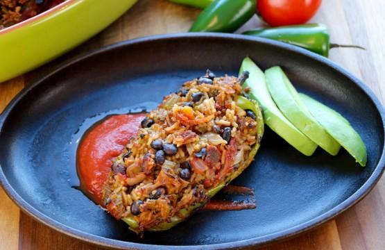 Délicieux piment farci végétarien garni de haricots noirs et de riz basmati.